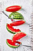Wassermelonenspalten, angebissen und mit Gabeln