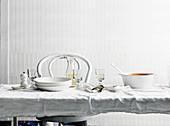 Gedeckter Esstisch mit Weisswein