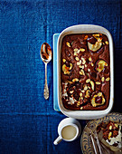 Gebackener Schokoladenpudding mit Birnen und Mandeln