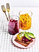 Rotes und gelbes Sauerkraut mit Vollkornbrot und Avocado