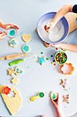 Kinder verzieren Plätzchen für eine Kinderparty