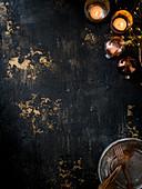 Kerzen und Weihnachtsdeko auf dunklem Untergrund
