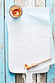 Hausgemachte Marinade mit Pinsel auf Pergamentpapier