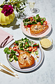 Tuna steaks with lamb's lettuce and a honey-mustard dressing