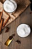 Chai Latte in Gläsern mit Milchschaum