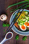 Ramen-Suppe mit Gemüse und Ei (Asien)