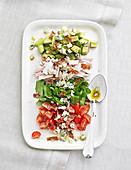 Cobb Salad (Gemischter Salat, USA) mit Putenbrust und Avocado