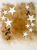 Sternplätzchen und sternförmige Abdrücke im Zimtpulver