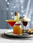 Vier Cocktails auf Silbertablett