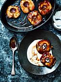 Gebackene Honig-Äpfel mit Haselnüssen auf Joghurt