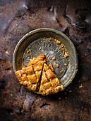 Zwei übriggebliebene Stücke Apple Pie mit Salzkaramell und Rye Whiskey