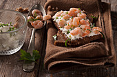 Wholemeal bread with cream cheese, chive and prawns
