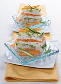 Forellen-Millefeuille mit Möhren, Zucchini und Dill