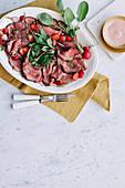 Roastbeef mit Erdbeersauce und Radieschen