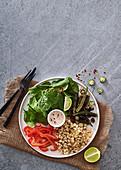 Salat mit Okra, gegrilltem Mais, Paprika, Spinat und Thai-Kokos-Limetten-Dressing