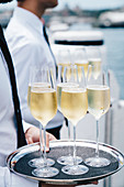 Kellner servieren Champagner