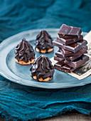 Cream cakes with chocolate glaze