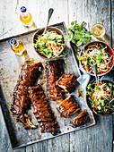 Schweinerippchen mit Miso-Glasur und asiatischem Krautsalat