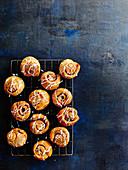 Croissant-Zimtschnecken auf Abkühlgitter