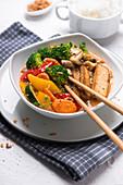 Gegrillter Tofu mit Gemüse in Tandoori-Kokos-Soße, dazu Jasminreis (vegan)