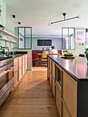 Küche mit Theke, im Hintergrund abgetrennter Essbereich