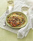 Dinkelspaghetti mit gedünstetem Gemüse und Speck