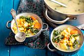Hühnersuppe mit Kartoffeln, Mais und Grünkohl