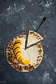 Cheesecake mit Pfirsichen und Streuseln, angeschnitten