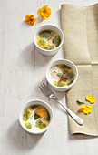 Oeuf Cocotte mit Anchovis-Butter