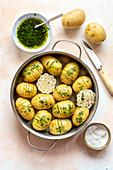 Hasselback-Kartoffeln mit Petersiliensauce, Knoblauch und Salz im Topf
