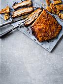 Knuspriger 5-Gewürz-Sriracha-Schweinebauch