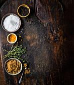 Verschiedene Salzsorten zum Einlegen