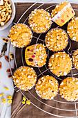 Kürbismuffins mit gerösteten Erdnüssen auf Abkühlgitter