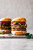Vegetarischer Süßkartoffel-Kichererbsen-Burger