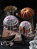 Weihnachtliche Biskuitkuchen mit Zuckerguss und Pfefferminzbonbons