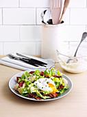 Cäsarsalat mit Bacon, Ei und Frühkartoffeln