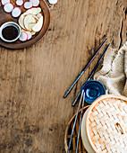 Bambusdämpfer, Essstäbchen, Sojasauce und Gemüse