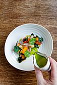 Holunderblüten-Makrele mit Gemüse und grüner Tomatenbrühe