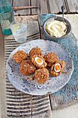 Scotch Eggs aus Wachtelei und Crabmeat mit Senfmayonnaise