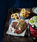 T-Bone-Steak mit frittierten Zwiebelringen (USA)