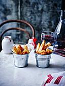 Pommes frites und Rotwein im Bistro