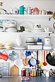 Küchenregal mit Geschirr und Gewürzen