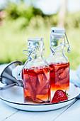 Selbstgemachter Erdbeeressig in Bügelflaschen