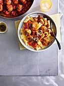 Hackfleischbällchen mit schmelzendem Kern auf Pasta