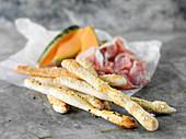 Hausgemachte Grissini mit Parmaschinken und Melone