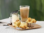 Scones mit Marmelade und Kaffee