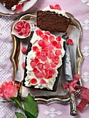Schokoladenbiskuitkuchen mit Geleebonbons zum Valentinstag