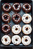 Doughnuts mit weißer und dunkler Glasur