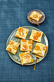 Aprikosen-Pudding-Kuchen mit Marzipan