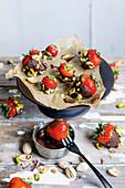 Erdbeeren im Schoko-Pistazien-Mantel (Keto-Küche)